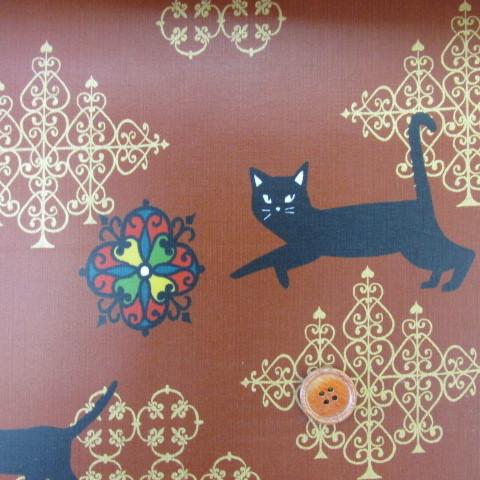 画像1: 値下げしました!百華繚乱 黒猫とダマスク柄(赤茶) シーチング生地  ラミネート↑はぎれ90cm