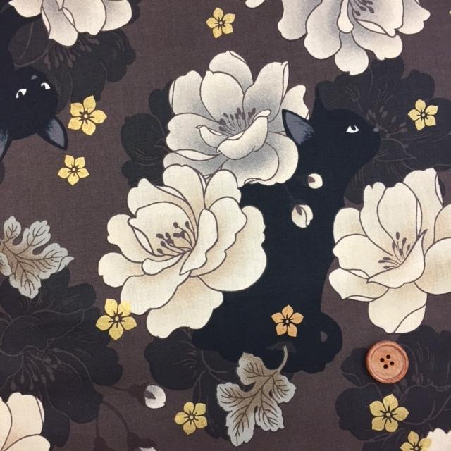 画像1: ☆和柄 QUILT GATE 【 花と黒猫 】ねこ ラメ入り  シーチング生地 (茶色) はぎれ85cm