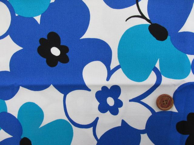 画像1: ☆花と蝶 大柄(ブルー) はぎれ90cm