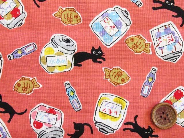画像1: (3)レトロ 黒猫・タイ焼き・こんぺいとう・ラムネ・お菓子柄 シーチング生地 はぎれ1m(サーモンピンク)