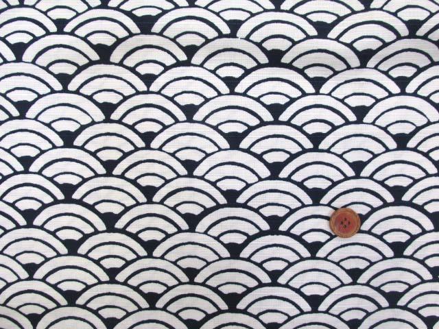 画像2: 和柄 波・青海波柄 シャンタンプリント生地 (紺)