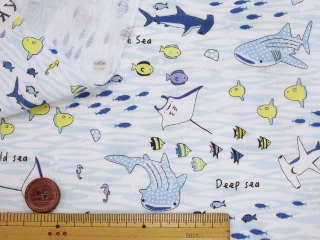 画像2: (3)ダブルガーゼ 海の生き物柄 (オフ×ブルー) クールフリーズ加工 はぎれ45cm
