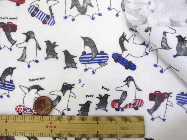 画像3: ペンギン・スケートボード柄 シーチング生地 (オフ) ラミネートはぎれ75cm↑