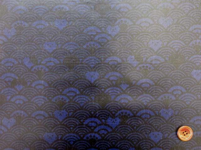 画像2: ▼訳あり 和柄 ネコちゃんと波柄 ドビー生地(ブルー) ラミネート はぎれ20cm